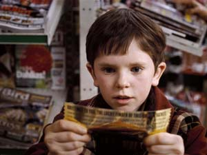 Charlie con un ticket de oro de Willy Wonka